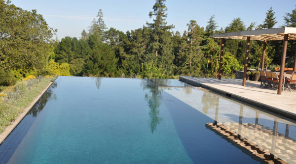 Infinity pool with noisy pump system